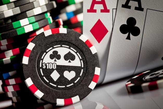 Żetony do gry i karty w ciemności