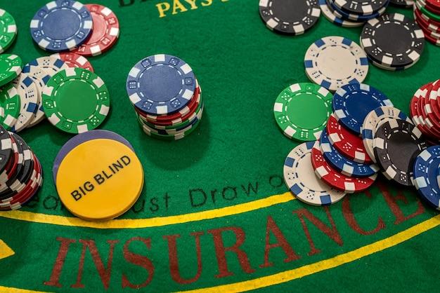 Żetony do gry w pokera. widok z góry i miejsce na kopię. hazard