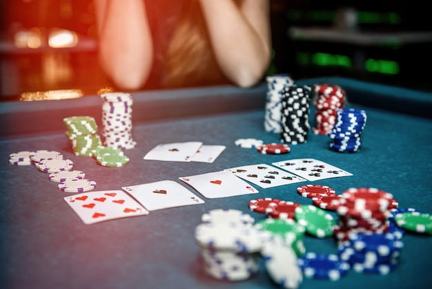 Żetony do pokera i karty do gry na stole w kasynie