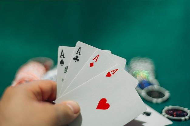 Żetony do pokera i karty