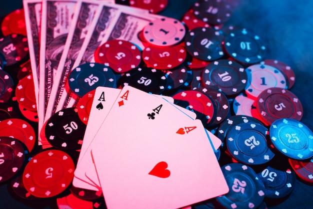 Żetony do pokera, karty i pieniądze