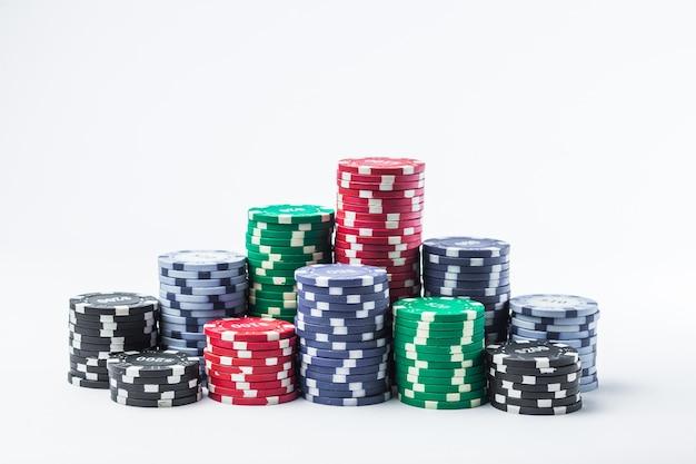 Żetony do pokera na białym stole na białym tle