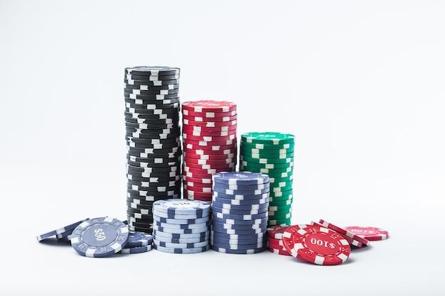 Żetony do pokera różne stosy na białym tle