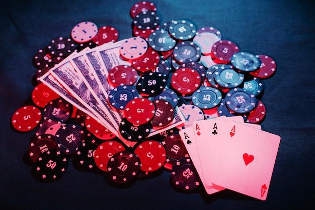 Żetony do pokera są układane jako zakład w pobliżu kart