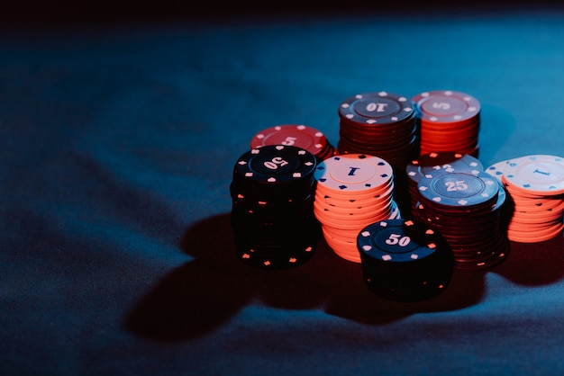 Żetony do pokera są układane jako zakład
