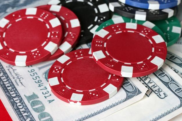 Żetony do pokera z bliska dolarów