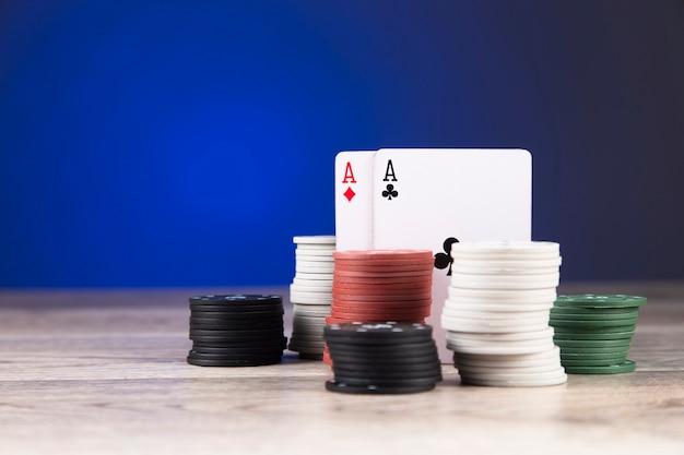 Żetony i asy na stole do pokera