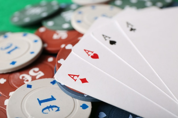 Żetony i karty na stole, zbliżenie