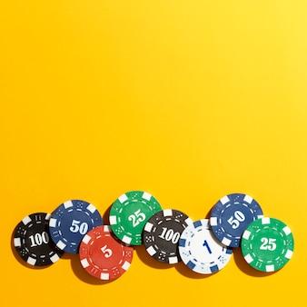 Żetony kasyna na żółtym tle