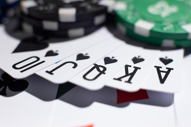 Żetony kasynowe i poker królewski
