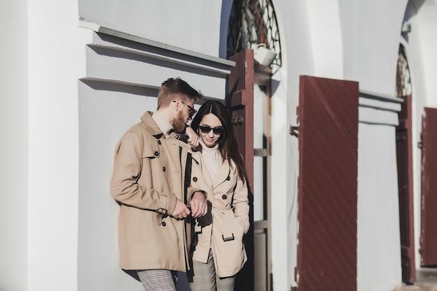 Zewnątrz portret jesień modna młoda para ubrana w modny strój i okulary przeciwsłoneczne