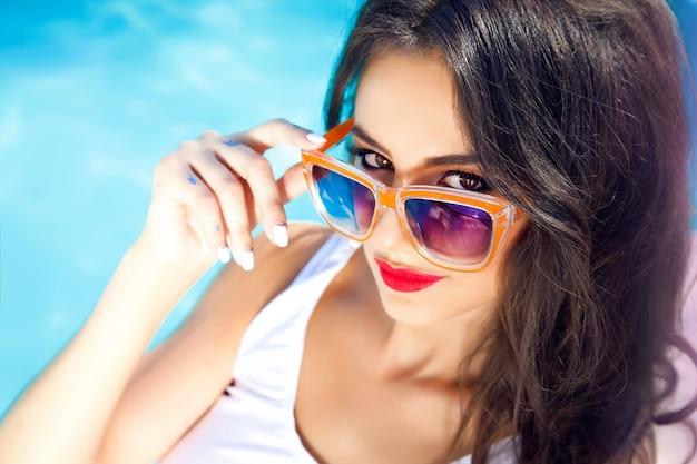 Zewnątrz portret pięknej kobiety z okulary przeciwsłoneczne