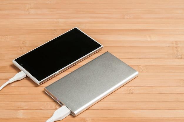 Zewnętrzna bateria ładuje smartfon.