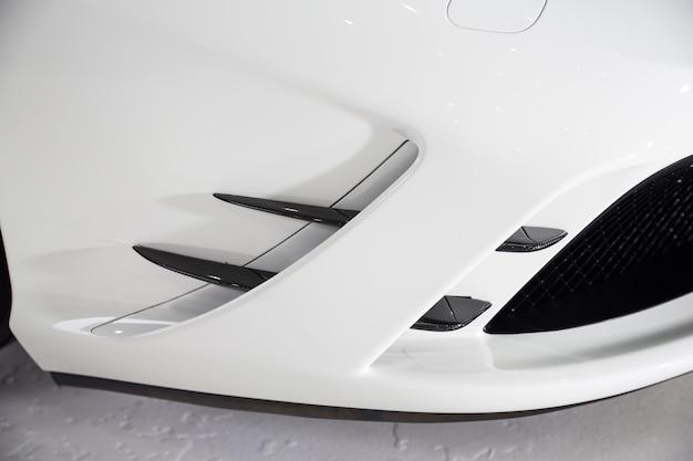 Zewnętrzna część nowoczesnego białego luksusowego samochodu