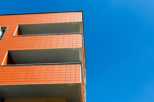 Zewnętrzna część nowoczesnego budynku na błękitnym niebie