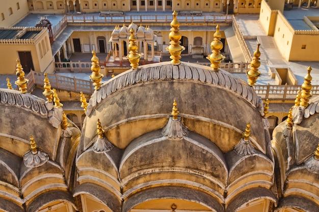 Zewnętrzna część pałacu miejskiego w jaipur, indie. mury pałacu miejskiego