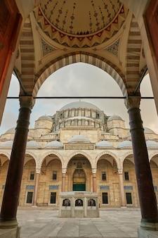 Zewnętrzna część wewnętrznego dziedzińca i kopuły największego meczetu sulejmana wspaniałego w stambule. indyk