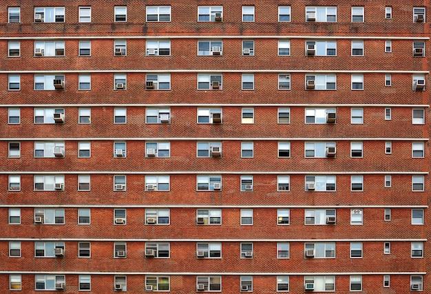 Zewnętrzna fasada z wieloma oknami identycznymi.