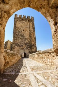 Zewnętrzna fasada zamku bunol średniowiecznej ulicy w walencji, hiszpania
