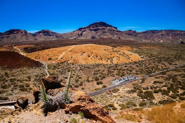 Zewnętrzna kaldera stanowiąca główny płaskowyż w parku narodowym teide na teneryfie w hiszpanii