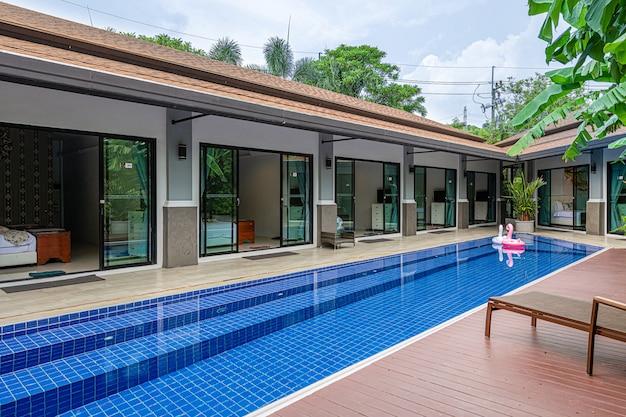 Zewnętrzna nowoczesna tropikalna willa z basenem