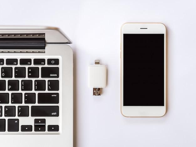 Zewnętrzna pamięć między laptopem i smartfonem