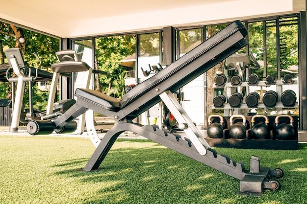 Zewnętrzna siłownia ze sprzętem fitness