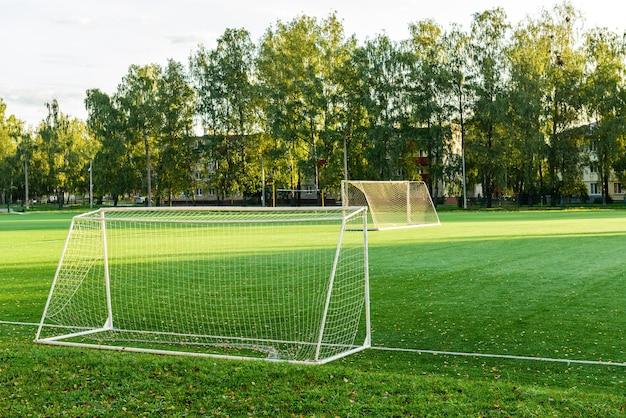 Zewnętrzne mini boisko do piłki nożnej ze sztuczną nawierzchnią.