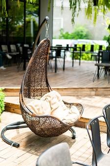 Zewnętrzne patio z wiklinowym huśtawką