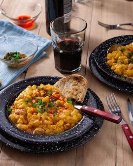 Zewnętrzne talerze na lunch z tradycyjnym argentyńskim daniem locro