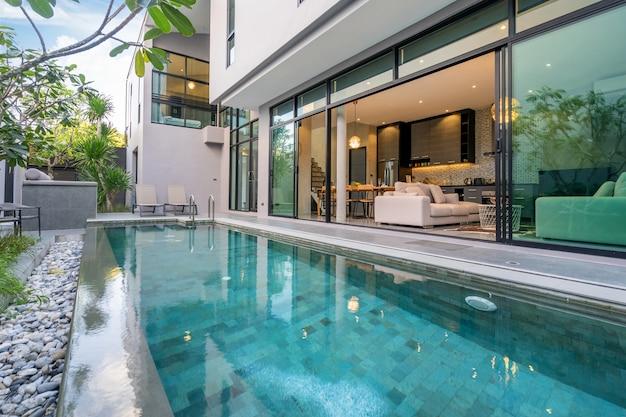 Zewnętrzny dom z basenem w domu