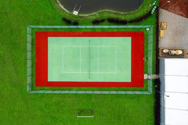 Zewnętrzny kort tenisowy widziany z powietrza bezpośrednio nad nim