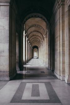 Zewnętrzny korytarz zabytkowego budynku o znakomitej architekturze
