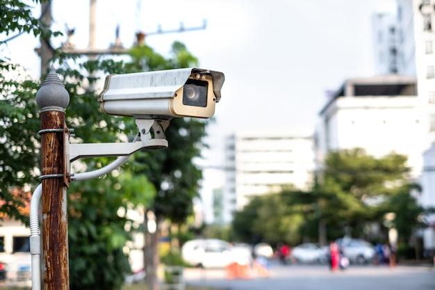 Zewnętrzny monitoring cctv zainstalowany na metalowym słupie na ulicy.