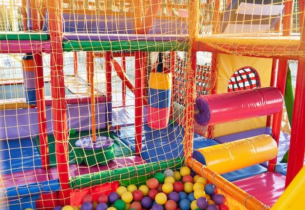 Zewnętrzny plac zabaw z kolorowymi matami