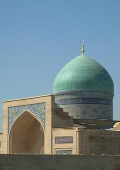 Zewnętrzny przegląd odrestaurowanej architektury starożytnych budynków w taszkencie w uzbekistanie