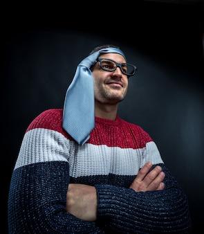 Zez mężczyzna w okularach z krawatem na głowie
