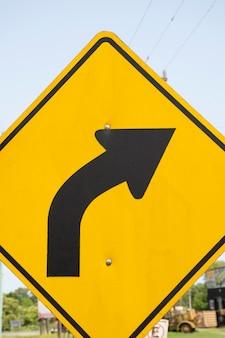 Zginaj na znak drogowy linii prawej strzałki