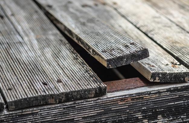 Zginanie sosnowej podłogi zewnętrznej z powodu zmian klimatu