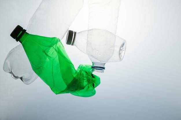 Zgniecione plastikowe butelki do recyklingu