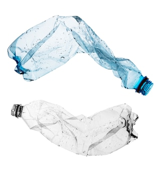 Zgniecione plastikowe butelki na białym tle