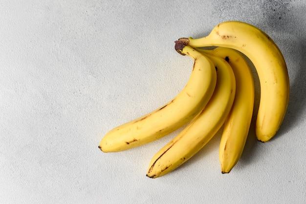 Zgniłe zepsute banany na białym tle. kiść bananów
