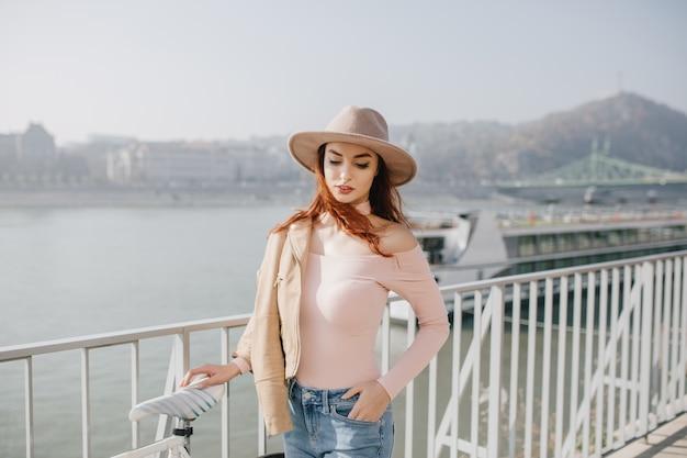 Zgrabna kobieta w różowym stroju stojącym na naturze
