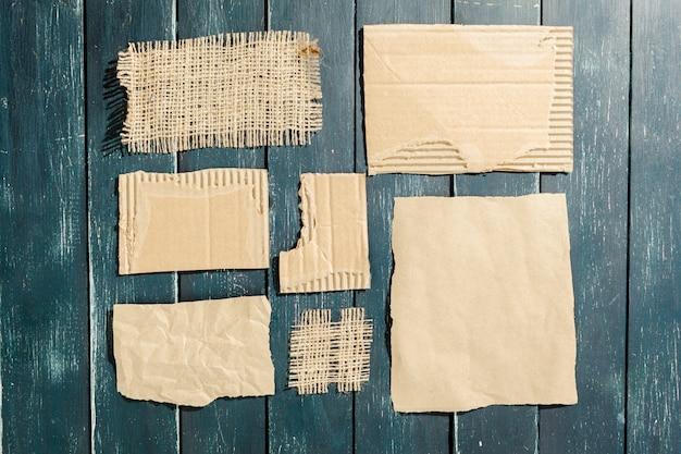 Zgrane kawałki starego papieru