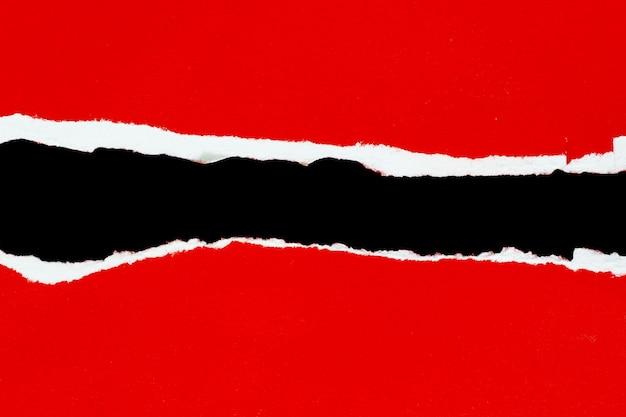 Zgrany papier na białym tle na czarnym tle
