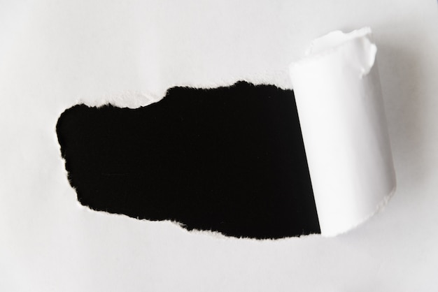 Zgrywanie papieru odsłaniające czerń