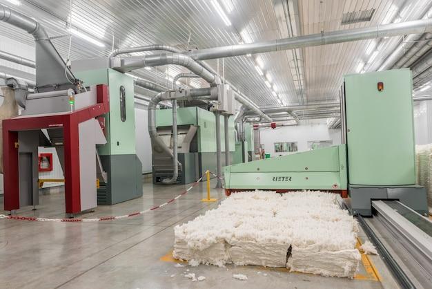 Zgrzeblarka w warsztacie przędzalniczym. sprzęt i technologie w fabryce włókienniczej