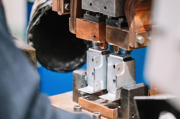 Zgrzewarka punktowa przemysłowa część samochodowa w fabryce.