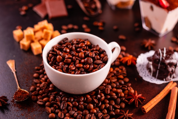 Ziarna aromatyczna kawa na ciemnym betonowym tle