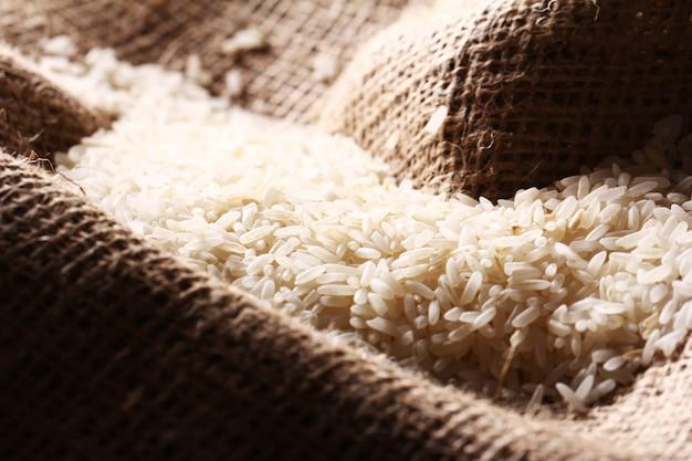 Ziarna białego ryżu na tkaninie workowej